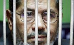 مرسي.. أنا رئيس لكل المصريين ويرفض المحاكمة