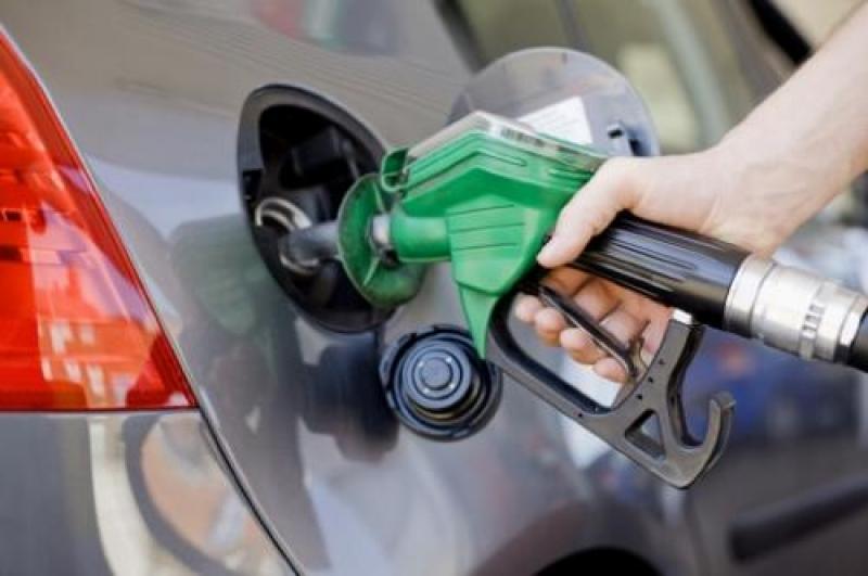 الحكومة تخفض أسعار المحروقات وتثبت سعر اسطوانة الغاز