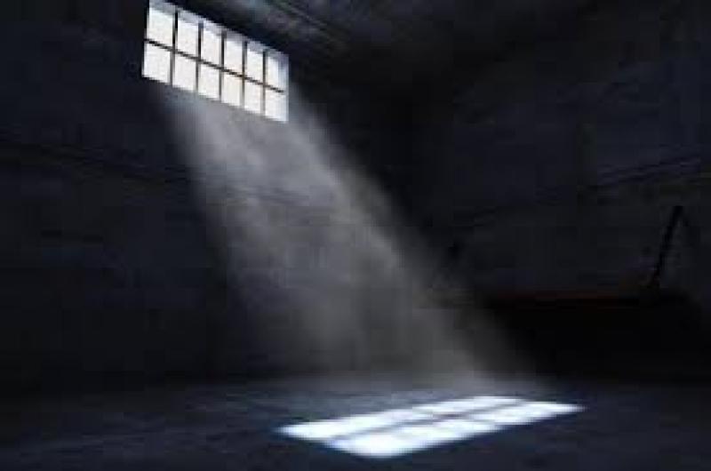 السجن لرجل ثلاثيني وزوجته لتجويعهما ابنهما حتى الموت