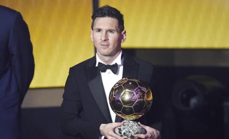 ميسي يفوز بجائزة الكرة الذهبية للمرة الخامسة