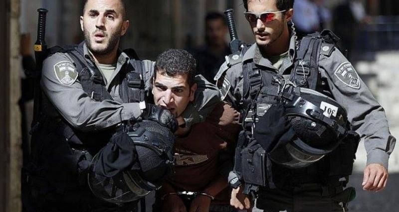 الاحتلال يعتقل شاب بعد الاعتداء عليه ووالده في الخليل