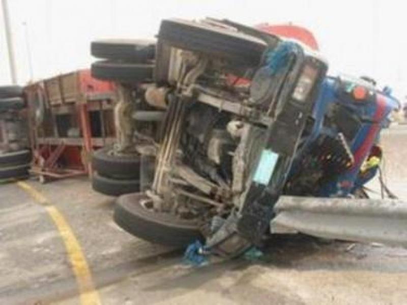 وفاتان بتدهور شاحنة على طريق العدسية
