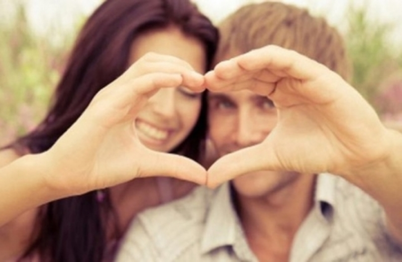 كم نظرة تحتاج المرأة لتقع في حب الرجل؟