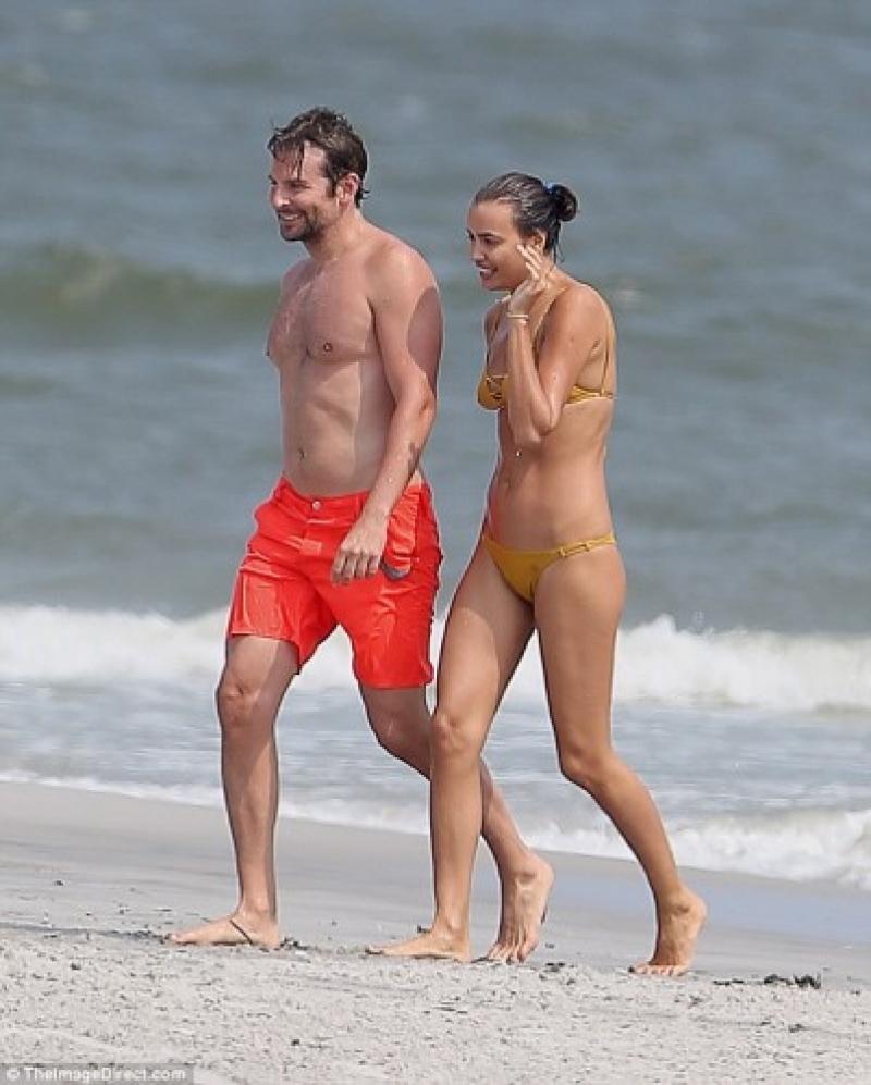 حبيية رونالدو إيرينا شايك شبه عارية على الشاطىء برقفة حبيبها الجديد