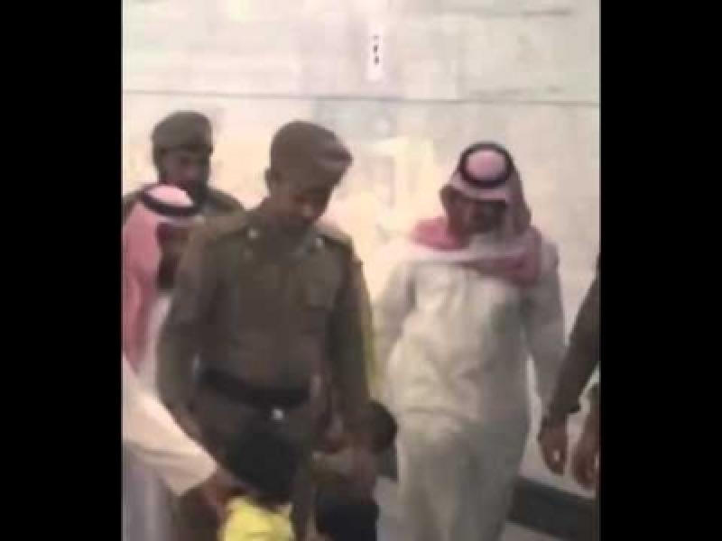 بالفيديو...رد فعل إمام الحرم المكي على طفل تعلق بعباءته