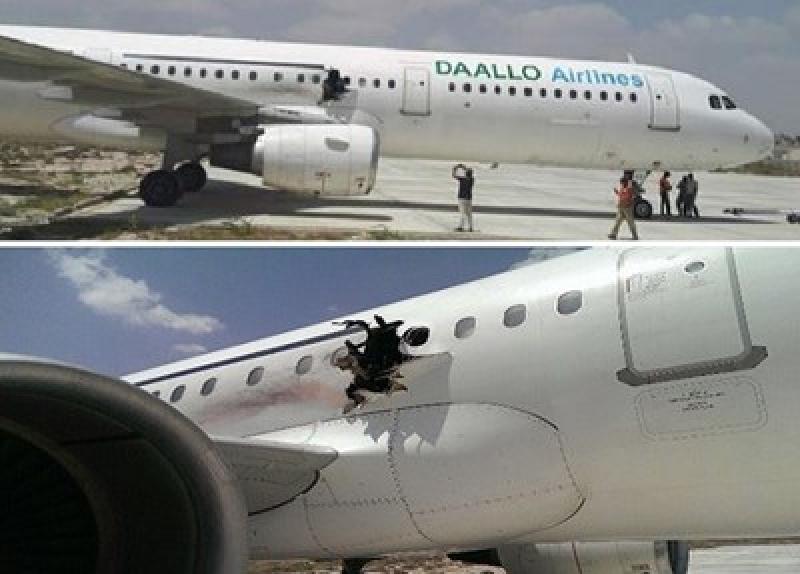 بالفيديو.. راكب قذفه الضغط من فجوة بالطائرة وهو يحترق