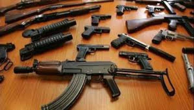 القبض على تاجر سلاح بحوزته كمية كبيرة من الأسلحة في عمان