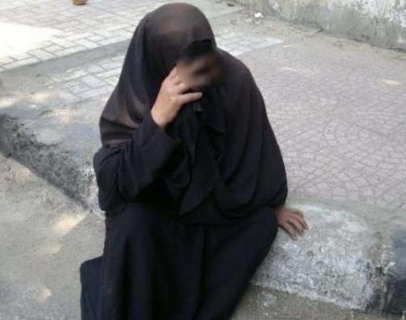 عقوق ابنائها دفعها للنوم على أبواب المساجد في عمان