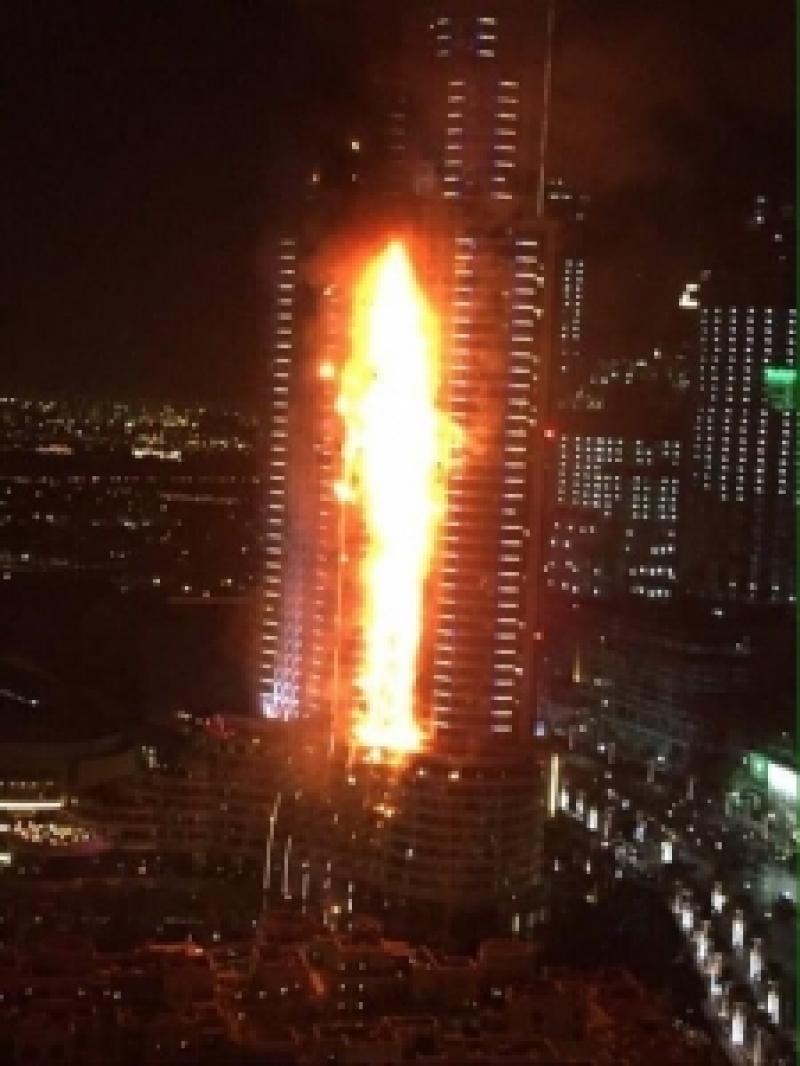 بالصور والفيديو .. حريق هائل بفندق ضخم قرب برج خليفة بدبي