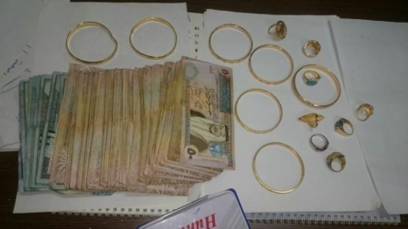 شخص وسيدة قاما بسرقة قاصة تحتوي على مصاغات ذهبية ومبلغ 12 الف دينار