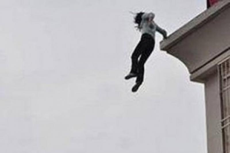 انتحار أم حادثة جنائية .. سقوط سيدة خمسة طوابق في ضاحية الرشيد