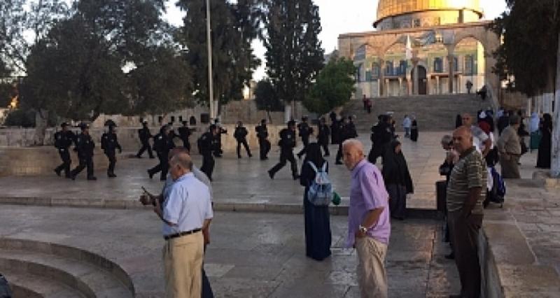 متطرفون يواصلون اقتحامهم لباحات المسجد الاقصي