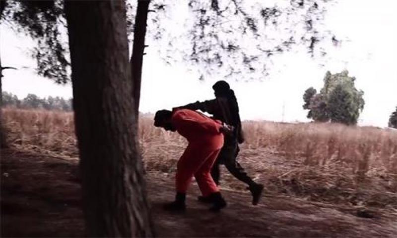 شاهد.. طفل داعشي يذبح قيادي بالمعارضة السورية