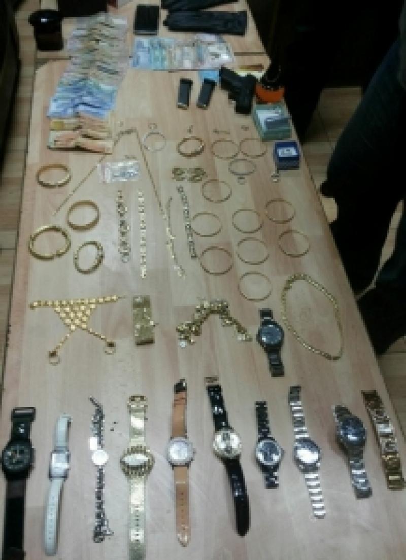 القبض على لصوص قاموا بسرقة مصاغات ذهبية من احد المنازل في عمان