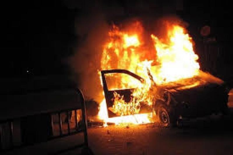 كشف ملابسات مقتل شخص وحرقه داخل سيارته على طريق المطار